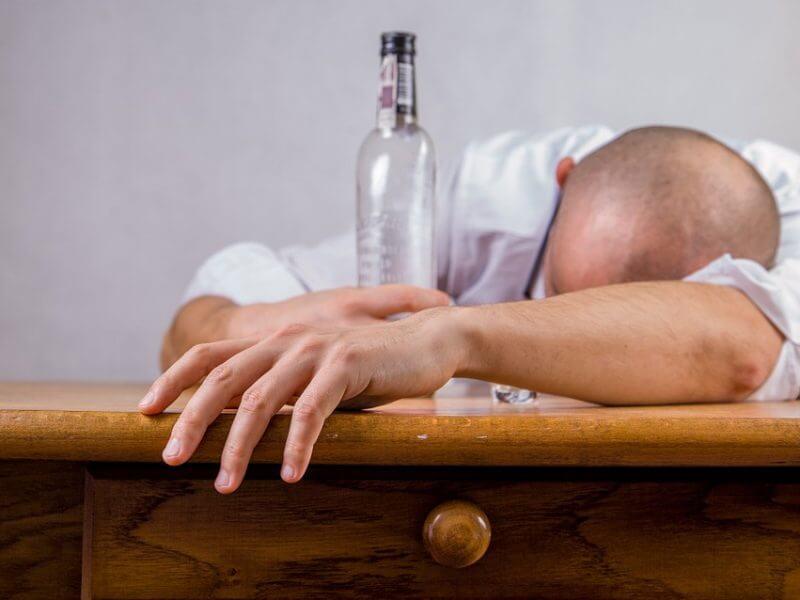Mezclar una bebida energética y alcohol daña tu salud.