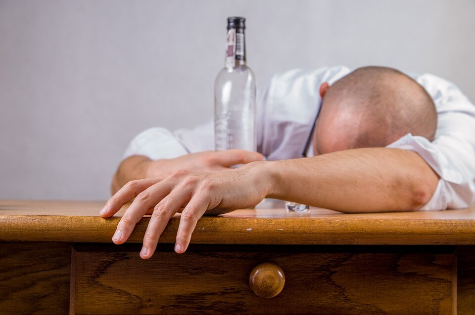 https://pixabay.com/es/photos/alcohol-resaca-evento-muerte-428392/